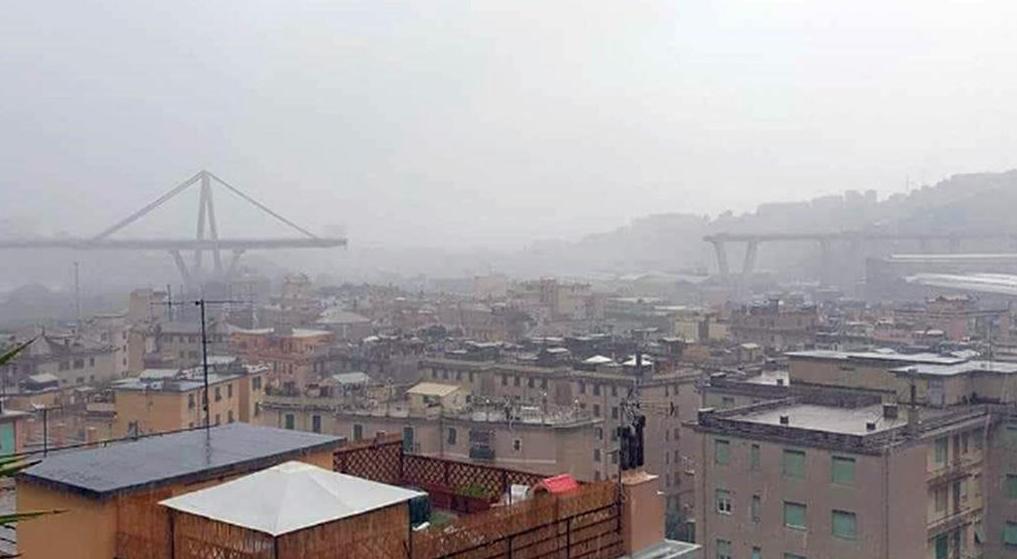 Crollo Genova, le immagini da un elicottero, almeno 11 vittime
