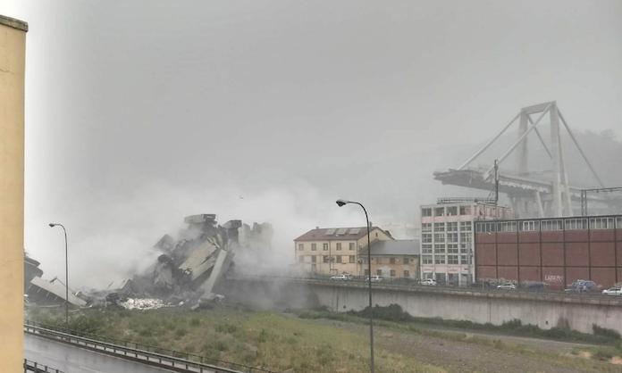 Tragedia a Genova, crolla ponte sull'A-10: una trentina le vittime